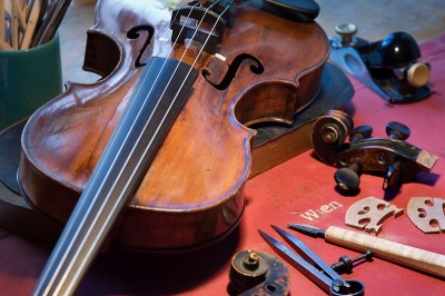 Salzburg_-_Violin_repair_shop_-_2910